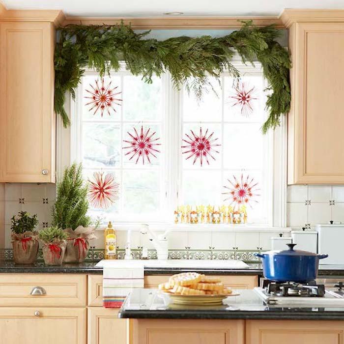 fensterschmuck weihnachten deko idee für die küche fenster in der küche rote schneeflocken blumentopf ideen