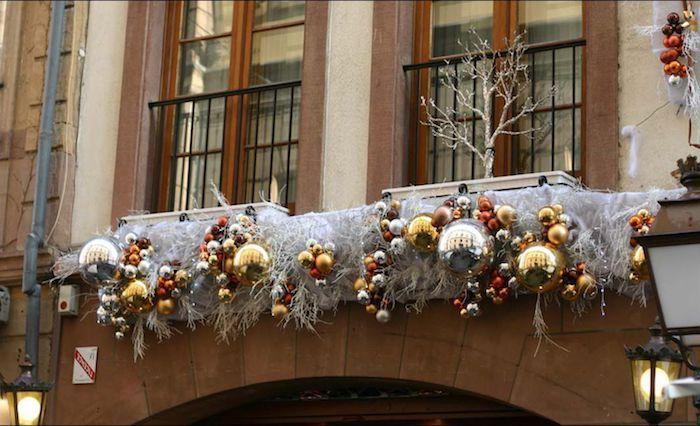 weihnachtliche fensterdeko in der stadt deko unter den fenstern weihnachten außenseite des fensters