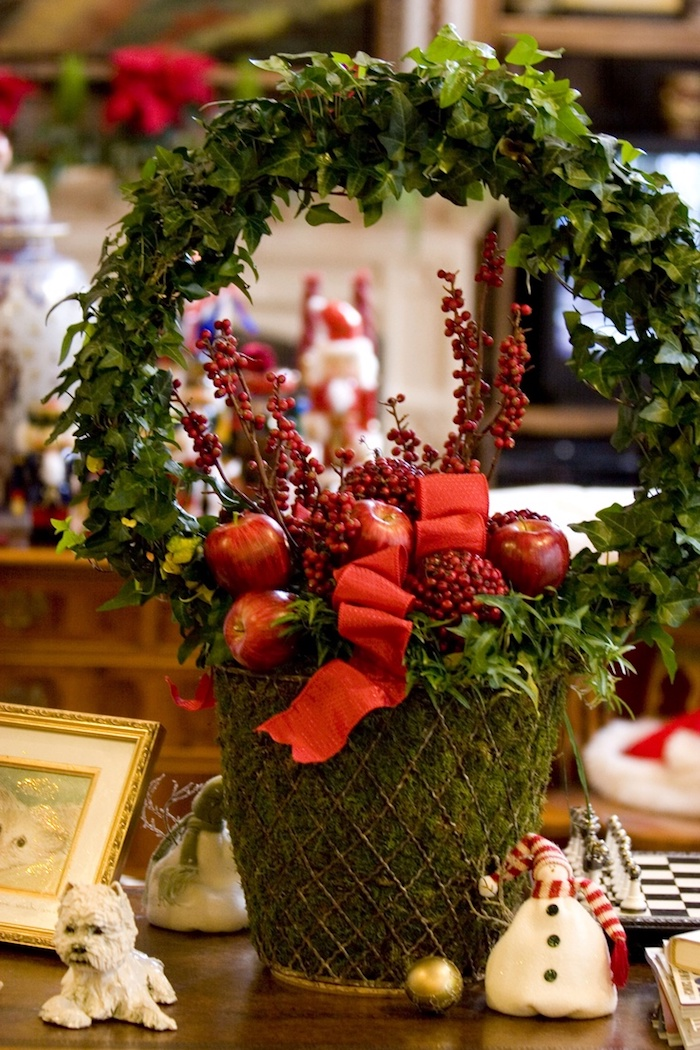Weihnachtskorb mit Apfel und viel Grün, Adventsgestecke Ideen zum Nachmachen
