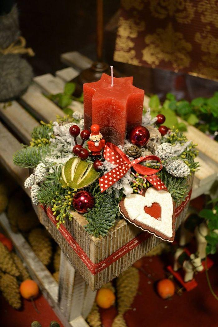 ein Korb voller Weihnachtssachen - Plätzchen, Kerzen und kleine Kugeln - Adventsgesteck Ideen