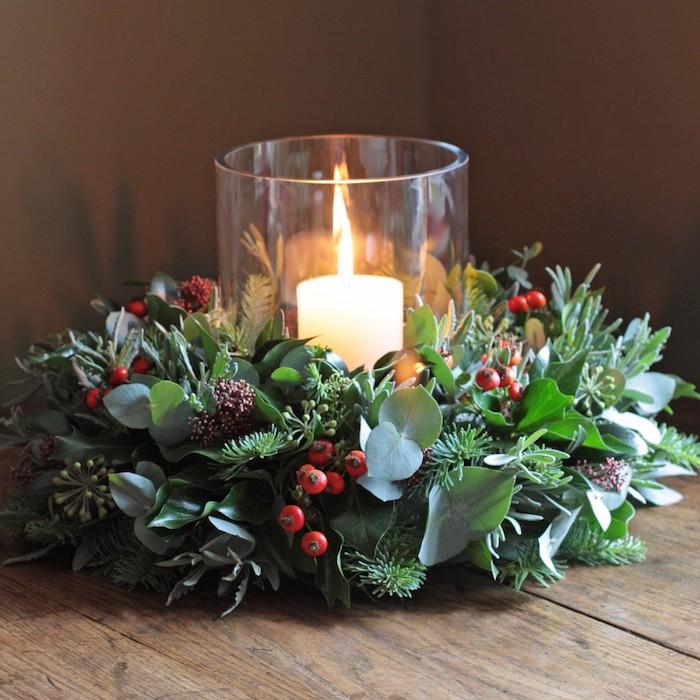 Adventsgestecke aus Naturmaterialien - eine Kerze in der Mitte auf braunem Hintergrund