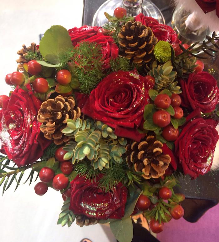 rote Rosen und Zapfen, kleine grüne Zweige, kleine Zapfen - Gestecke selber machen