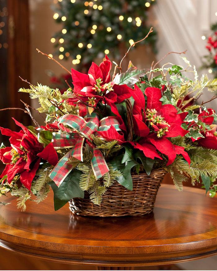 rote Weihnachtssterne, Schleife in grüner und roter Farbe - Gestecke selber machen