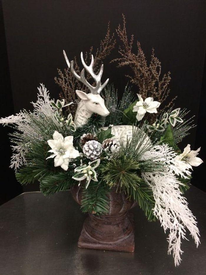 Gestecke selber machen - eine Figur in weißer Farbe, grüne Zweige und weiße Dekoration