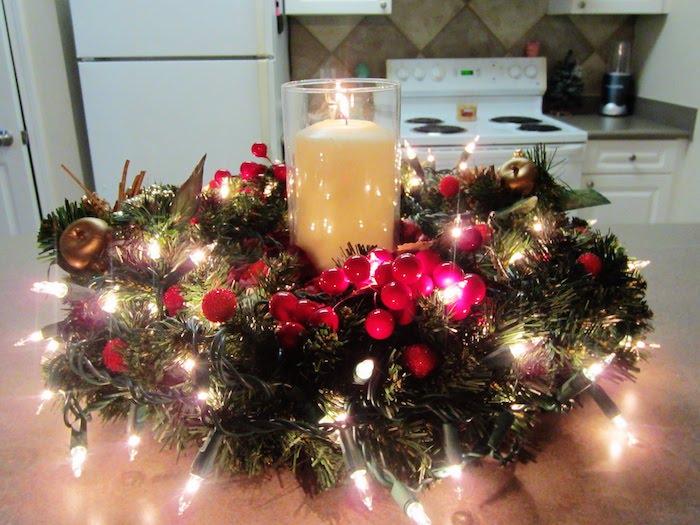 Gestecke selber machen - ein Kranz aus Zweigen mit einer Lichterkette dekoriert, Kerze in der Mitte