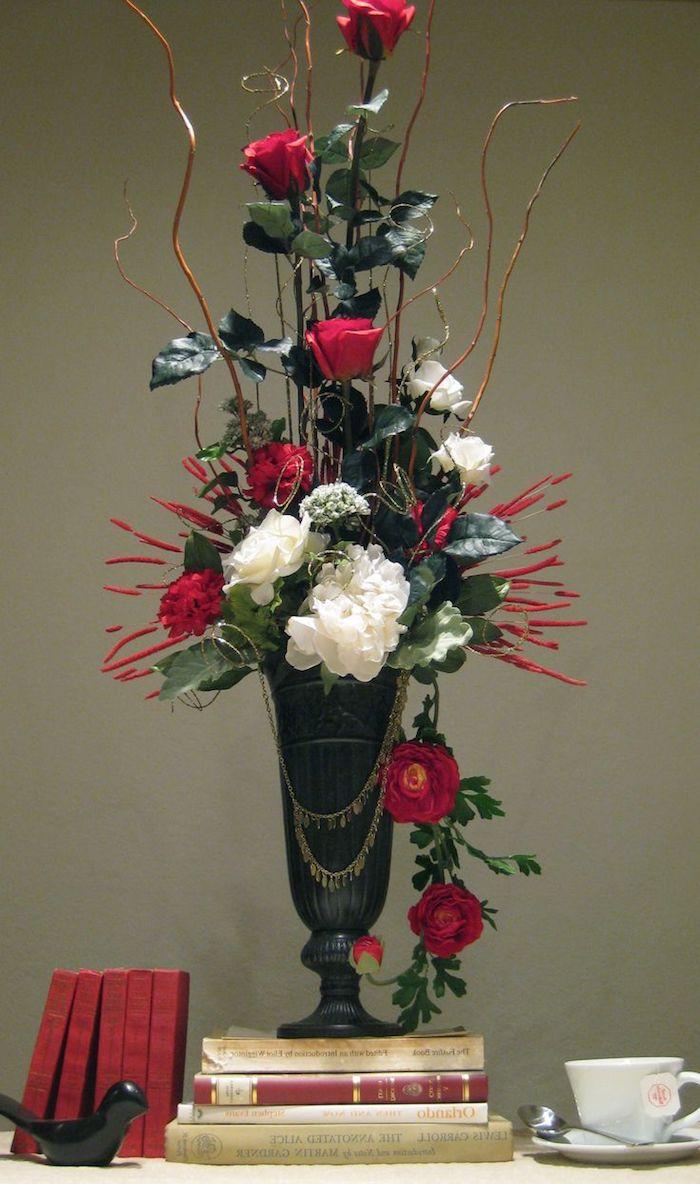 eine schwarze Vase mit vielen Blumen in roter und weißer Farbe - Gestecke selber machen