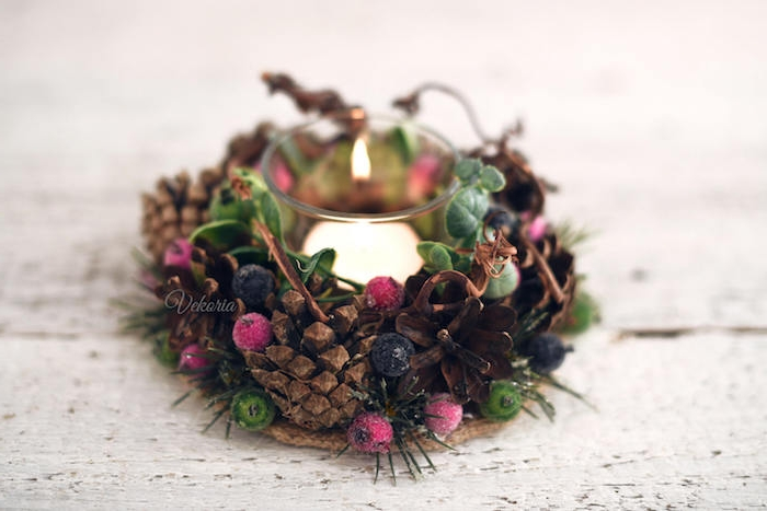 ein kleines Weihnachtsgesteck - kleiner Kranz aus Zapfen mit einer Kerze in der Mitte