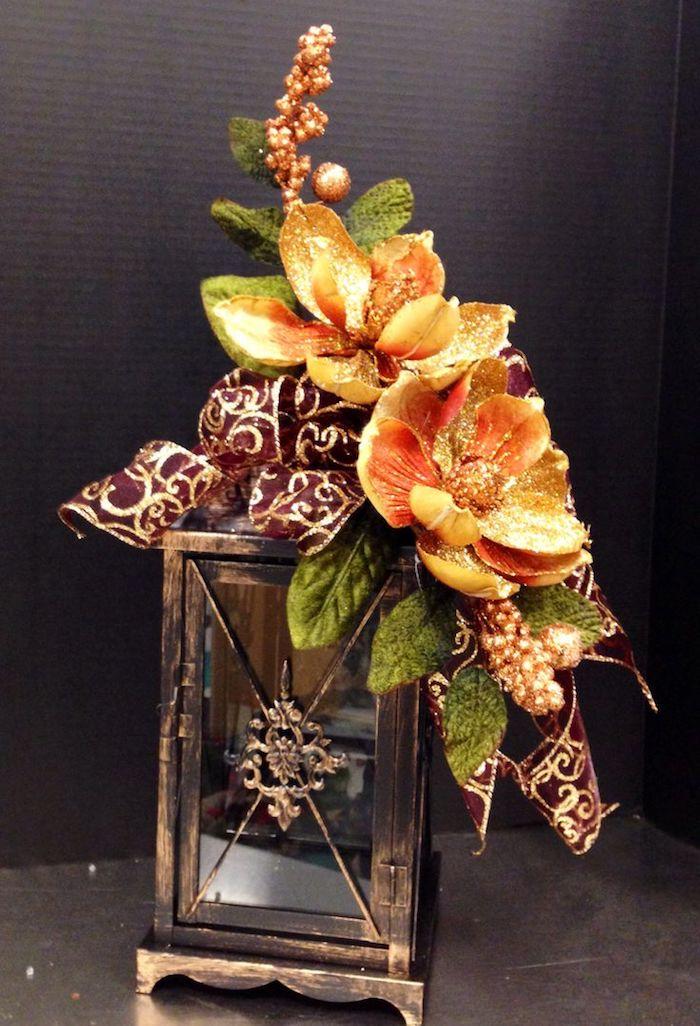 eine Laterne mit vintage Deko und goldene Blumen - Gestecke selber machen