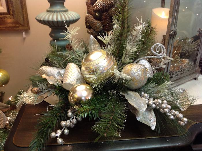 Adventsgestecke aus Naturmaterialien - Zweige und silberne Verzierungen, silberne Weihnachtskugeln