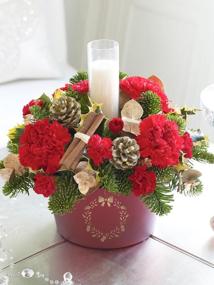 Gestecke selber machen - eine Vase mit einem Weihnachtskranz und weiße Kerze in der Mitte