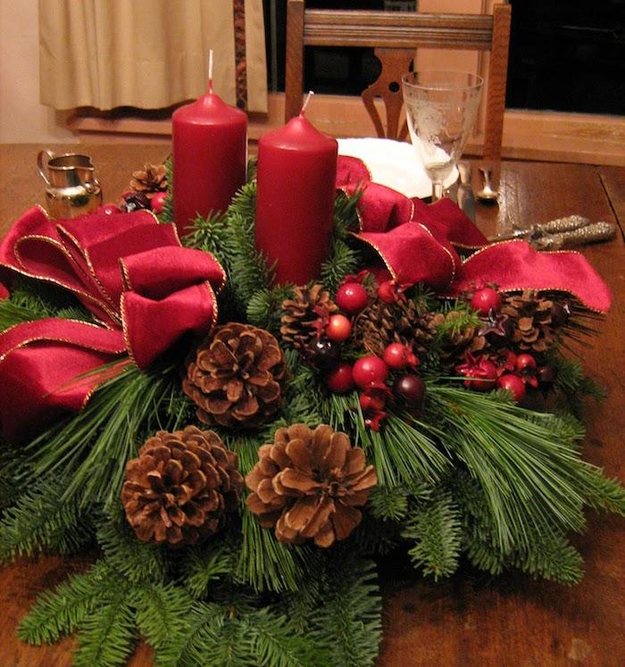 rote Kerze in einem grünen Kranz mit Zapfen - Adventsgesteck aus Naturmaterialien