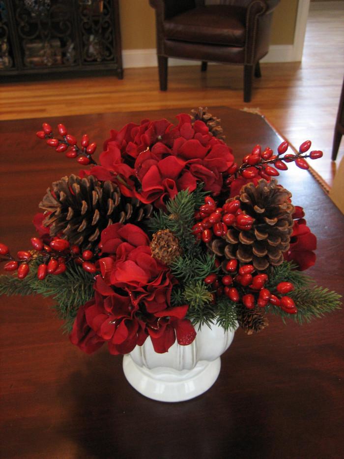 Gestecke selber machen - rote Rose, große Zapfen und Hagebutte in weißer Vase