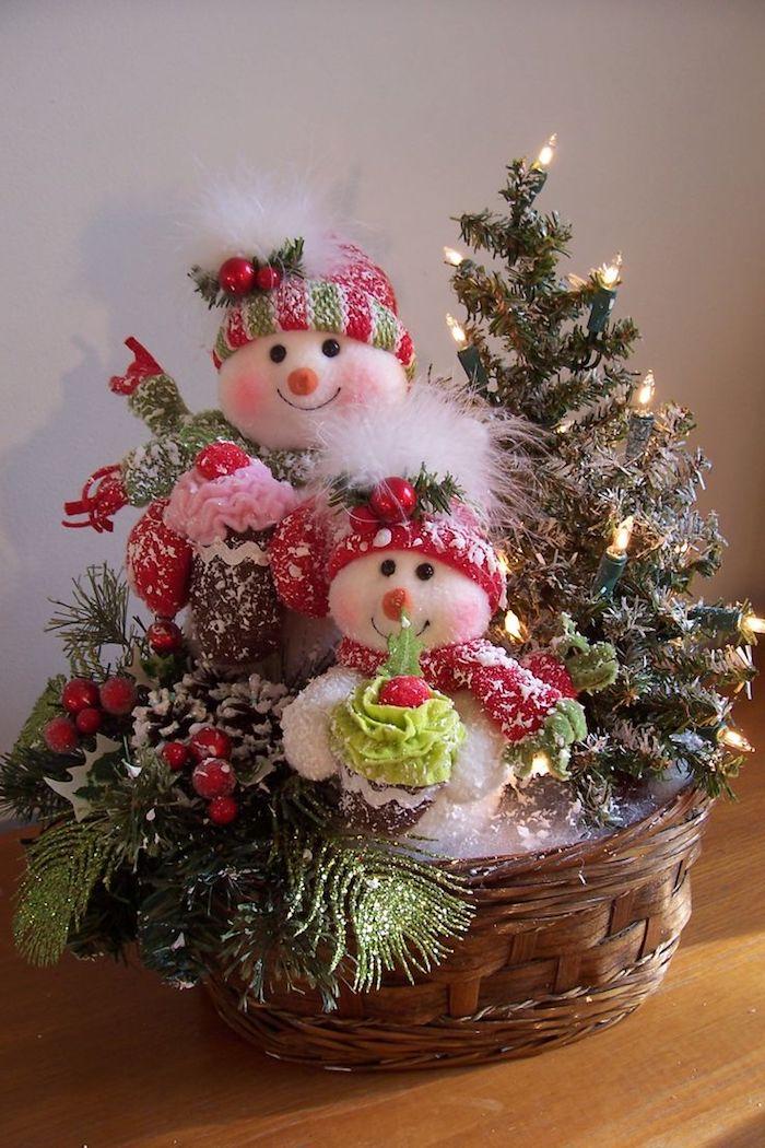 Gestecke Weihnachten - zwei Schneemänner und ein kleiner Tannenbaum mit Lichterkette