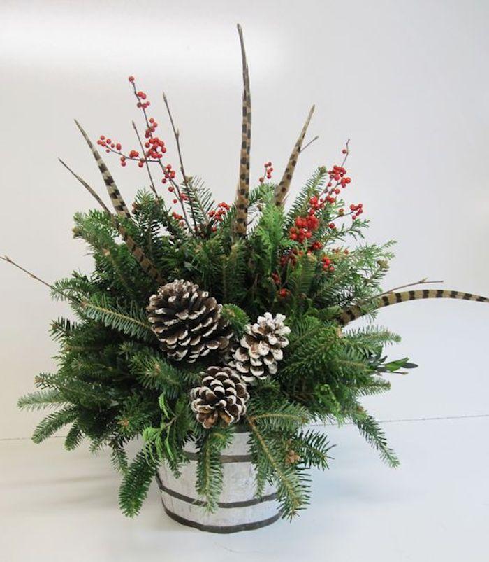 Gestecke Weihnachten - grüne Zweige und weiße Zapfen, Pfauenfeder und Hagebutte