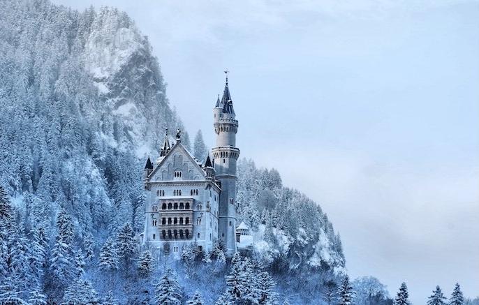 blauer himmel mit weißen wolken - winterberge mit schnee und einem wald mit vielen bäumen und schnee - ein schönes winterbild
