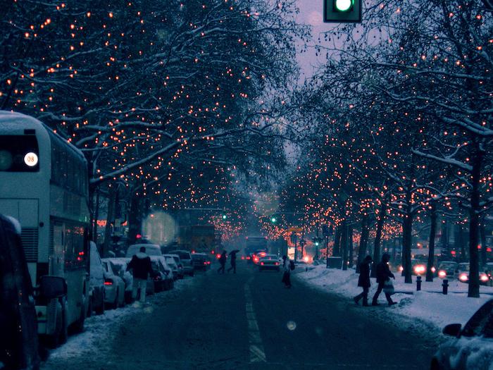 eine straße mit menschen und autos und bäumen mit leuchten - winterbilder weehnachten
