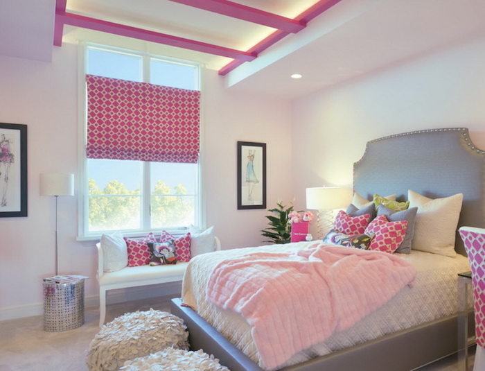 jugendzimmer möbel doppelbett kleines sofa sitzecke am fenster wanddeko bilder deko kissen auf dem bett bodenkissen flauschig