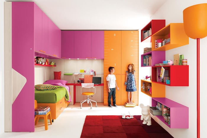grau weißes zimmer oder orange-rosarotes zimmer ideen grünes bett mädchen und junge roter teppich