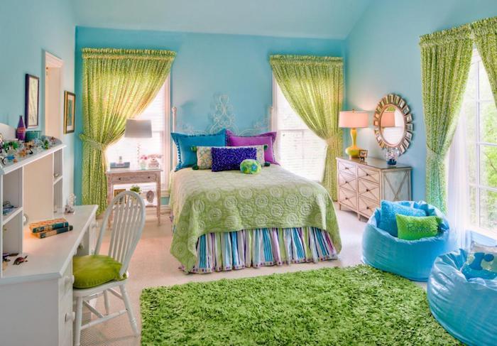 grau weißes zimmer grün blau lila kissen teppich vorhängen runder spiegel an der wand ideen blaue flauschige sessel