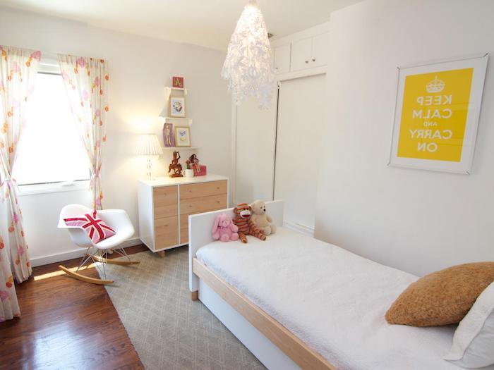 wandgestaltung jugendzimmer gelbe deko auf der wand keep calm serie aufschrift shabby vorhänge wiegestuhl schränke