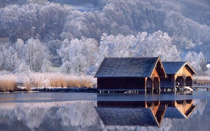 ein wald mit vielen weißen bäumen - see und zwei häuser aus holz - ein romantisches winterbild