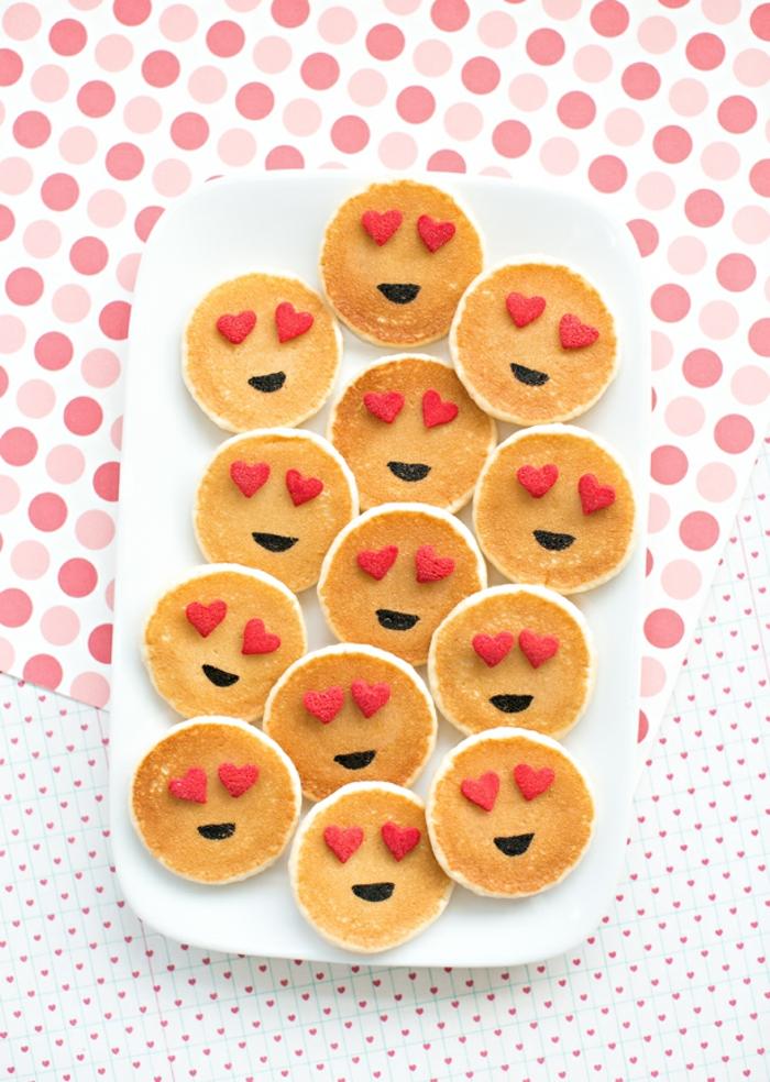 Pfannkuchen als Emoticons, romantisches Frühstück zum Valentinstag servieren, süße Geschenkidee