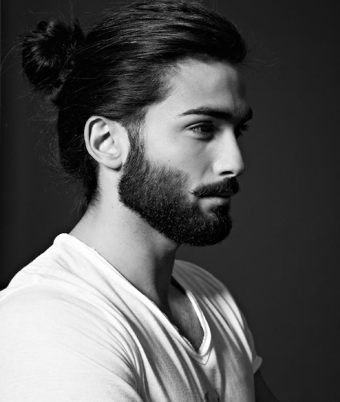 langhaarfrisuren männer, mann mit langen schwarzen haaren, dutt-frisur