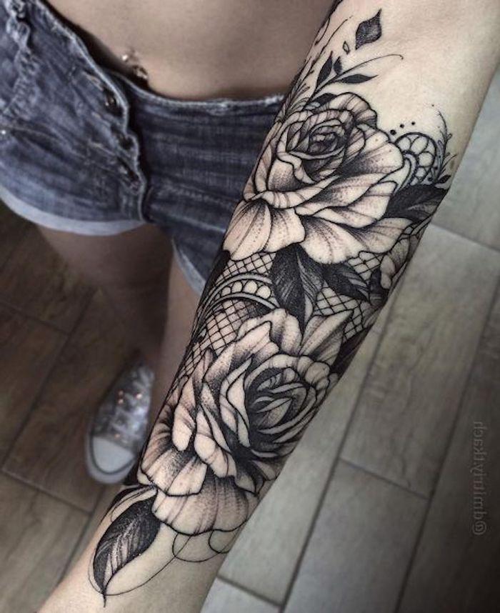 unterarm tattoo, weiße rosen mit spitze, tattoos für frauen, blumen