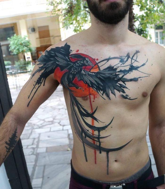 brust tattoo mann, mann mit großer tätowierung mit phönix-motiv
