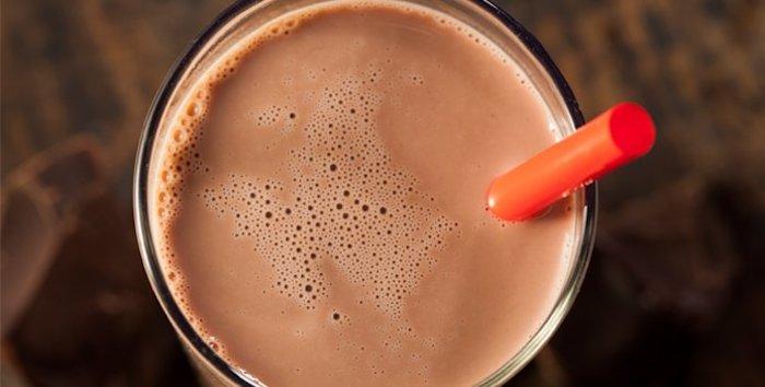 eiweißshake rezept, proteingetränk mit kakao, protein shake ideen kakaopulver