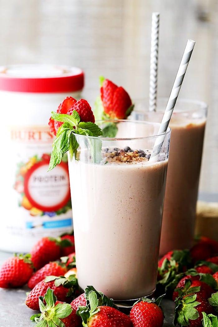 eiweißshake mit erdbeeren, mlich und nüssen, selbstgemachte protein shakes
