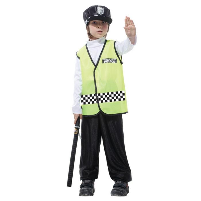 ein Junge verkleidet als Polizist mit grüner Polizisten-Weste schwarzer Hose weiße Pollobluse und einer schwarzen Polizisten-Kappe