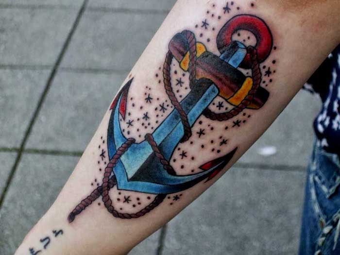 großes farbiges anker tattoo am arm, tätowierung an den arm stechen lassen