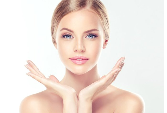 Biotin Anti Falten Gel - Blondine mit blauen Augen und Hochsteckfrisur