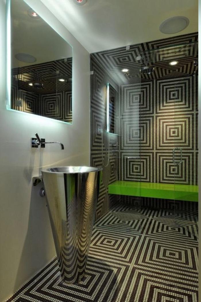 Badfliesen mit 3-D-Effekt, freistehendes Becken aus Metall, Spiegel mit LED-Beleuchtung, Lautsprecher im Bad, grüne Sitzband in der Duschkabine