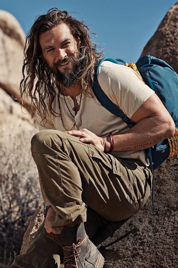langhaarfrisuren männer, mann mit langen lockigen haaren und langem bart