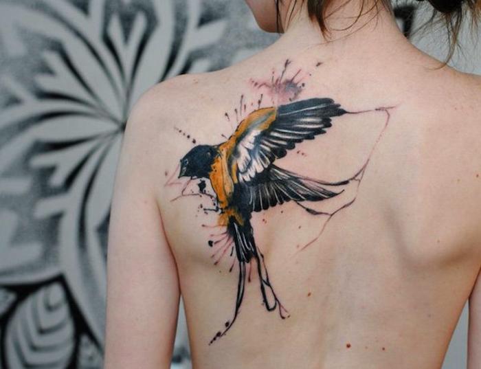 tattoo vogel, frau mit großer tätowierung mit schwalben-motiv, rücken tattoo
