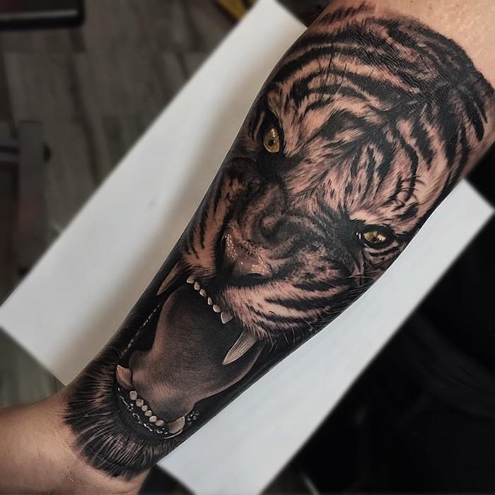 großes realitisches unterarm tattoo mit tiger-motiv, tigerkopf