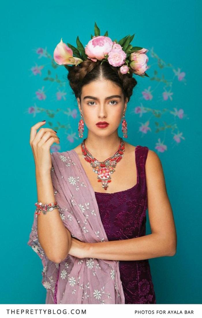 Last Minute Kostüme Frida Kahlo lila Spitzenkleid mit Trägern aschenrosa Schal mit weißen Blumen Hochsteckfrisur mit zwei Zöpfen Blumenkranz aus rosa Blumen großer Halsschmuck