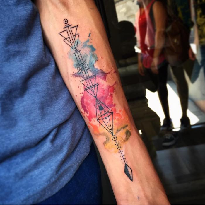 tattoo unterarm, farbige tätowierung mit geometrischen-motiven