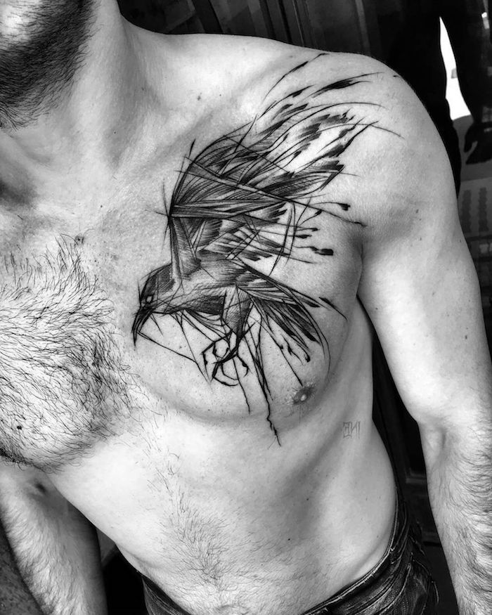 brust tattoo mann, mann mit blackwork tattoo, rabe tattoo