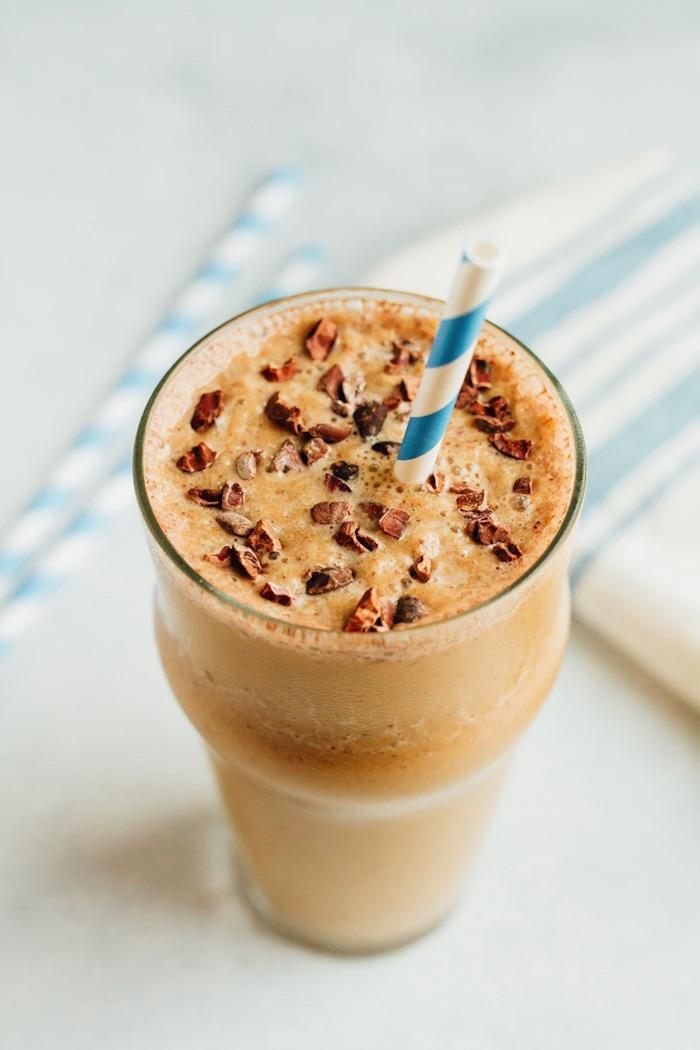 eiweißshake mit erdnussbutter und milch, proteingetränk selber machen