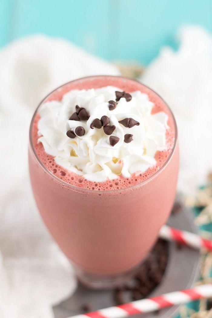 eiweißshake mit erdbeeren, kakao, milch und sahne, proteingetränk