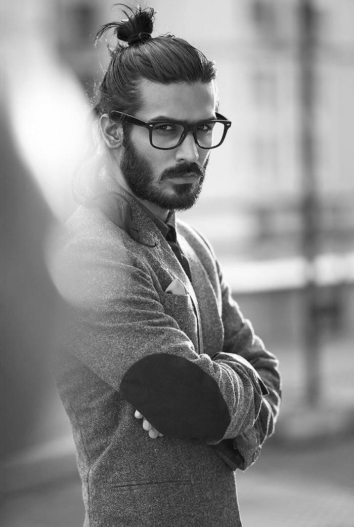 frisuren für lange haare, mann mit hipster bart und dutt-frisur