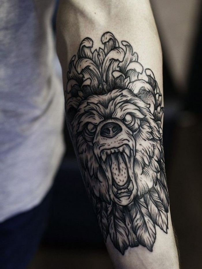 unterarm tattoo mit bär-motiv, bärenkopf mit federn und chrysantheme