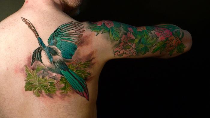 realistisches vogel tattoo am rücken, blumen tattoo am oberarm