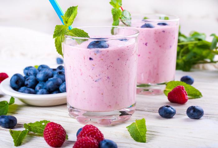 protein shake selber machen, eiweißshakes mit blaubeeren, himbeeren und pfefferminze