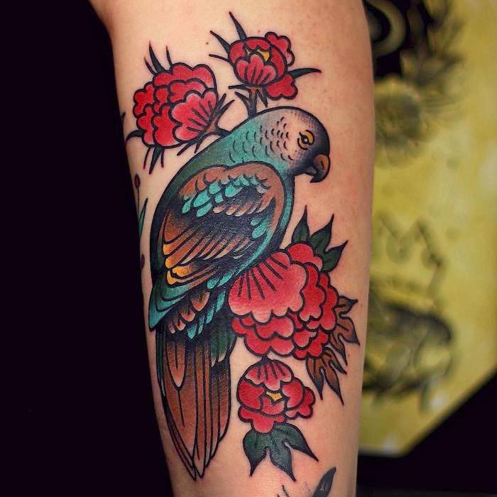 farbiges unterarm tattoo, vogel mit roten blumen am arm