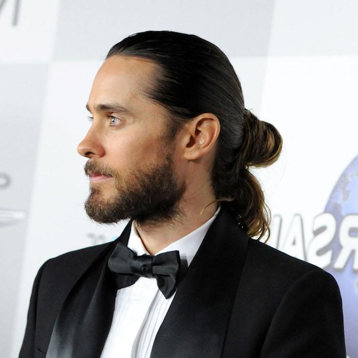 lange haare männer, schwarzer smoking mit weißem hemd, dutt-frisur