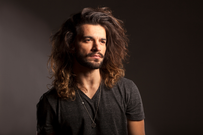 frisuren lange haare, mann mit lockigen langen haaren, langhaarfrisur
